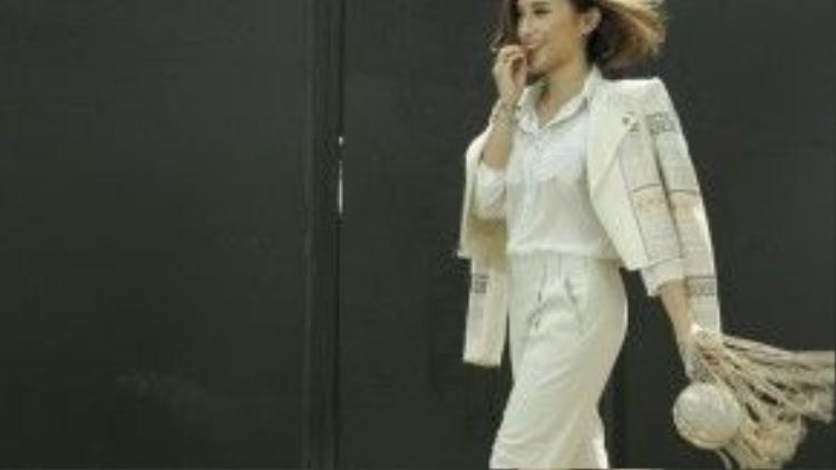 Khi điệu đà với váy ngắn, lúc thanh lịch với quần tây… Như Quỳnh tự tin xuống phố.