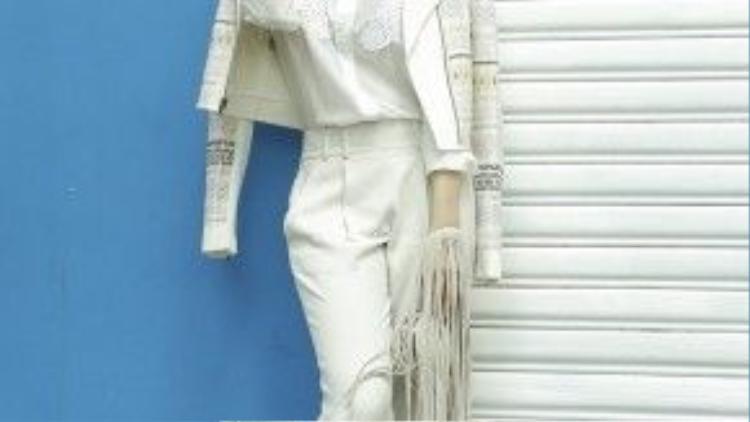 Những họa tiết nhí được cô trưng dụng trên chiếc áo khoác ngoài giúp bộ đồ không hề đơn điệu hay nhàm chán bởi sự trắng trơn của áo sơ mi hay quần dài.