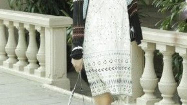 Nữ ca sĩ khoe style đơn giản với đầm ngắn đơn giản hay mốt váy ngủ đang thịnh hành nhất hiện nay.