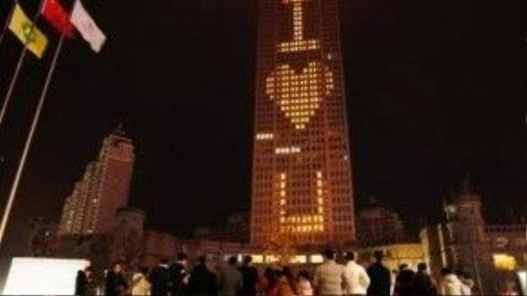 """Tòa nhà cao 218m thắp sáng dòng chữ """"I Love You"""" thu hút rất nhiều sự chú ý."""