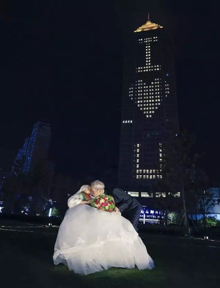 Cụ ông 84 tuổi bao trọn tòa nhà để tỏ tình với người vợ 83 tuổi