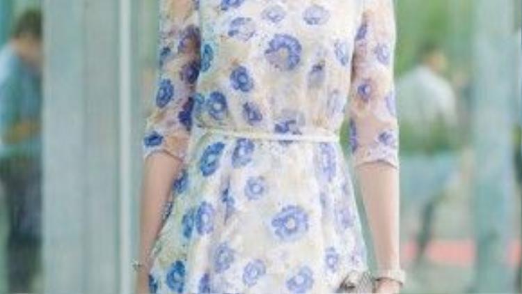 Trong một sự kiện vào buổi sáng, Huyền My chọn chiếc váy hoa nhẹ nhàng, thanh lịch và vẫn trung thành với phong cách trang điểm tự nhiên. Lúc này, trông cô tươi trẻ và năng động hơn hẳn khi cột tóc cao.