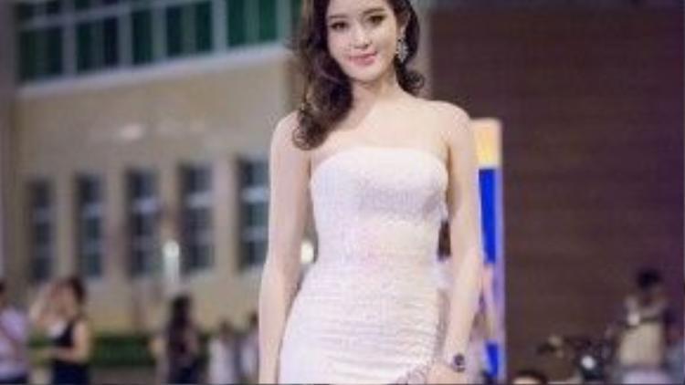 Chiếc váy quây đính đá màu hồng nhạt đem lại vẻ yêu kiều và thanh lịch cho chủ nhân của nó.
