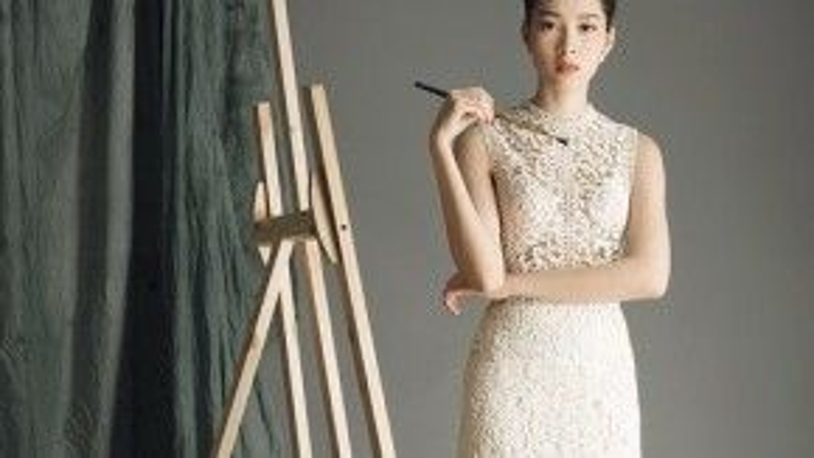 Trang phục ren gắn liền với mặc định gợi cảm, thế nhưng khi hoa hậu Việt Nam 2014 diện lên, cô trở nên sang trọng và không kém phần thanh lịch.