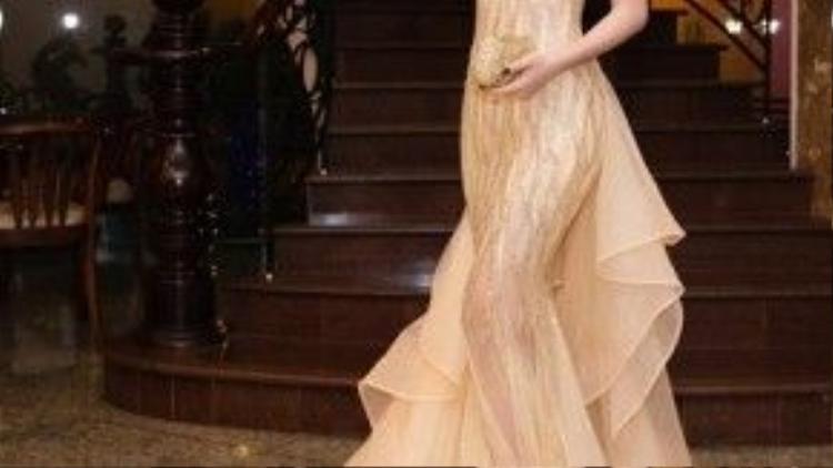 Chiếc váy lộng lẫy từ kiểu dáng đến chất liệu khoe triệt để thân hình gợi cảm của người đẹp mà vẫn cực kì sang chảnh.