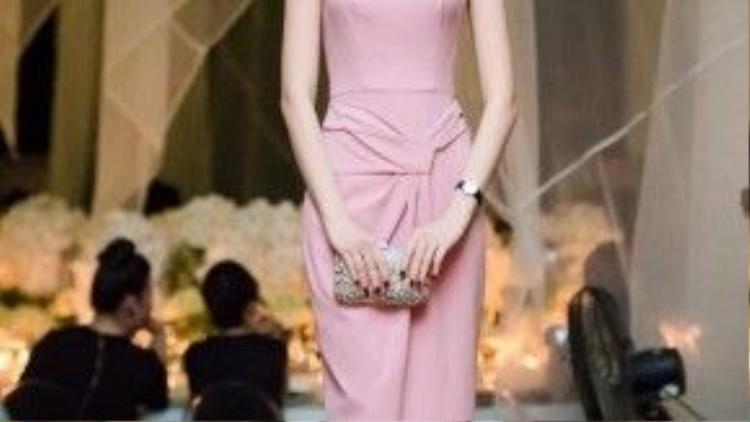 Sử dụng chất liệu giống với chiếc váy đỏ ở trên, kiểu dáng trang nhã giúp Đặng Thu Thảo như một quý cô nền nã, nhẹ nhàng và không kém phần tinh tế.