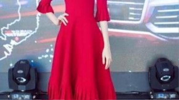 Trong khi đó, ở một sự kiện khác, người đẹp lại khoác lên mình chiếc váy đỏ có form cổ điển, biến tấu ở phần chân váy và tay áo được dậpli khá lạ mắt.