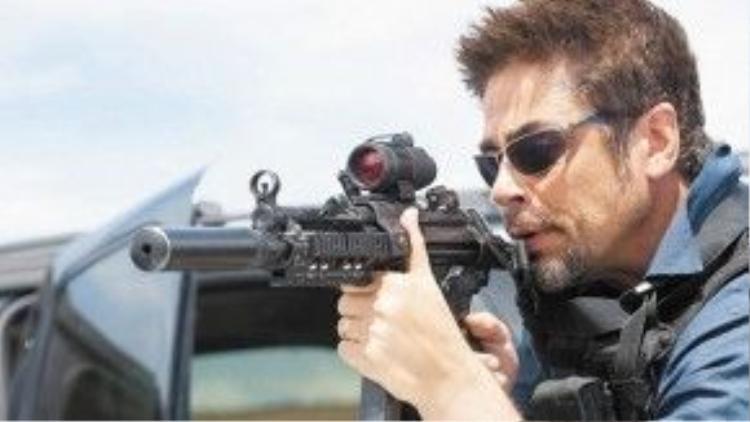 Benicio Del Toro mang đến màn trình diễn ấn tượng trong Sicario (2015), nhưng rốt cuộc không có đề đề cử Oscar năm nay. Ảnh: Lionsgate