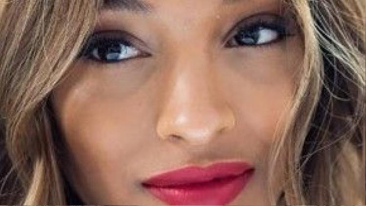 Bảo Bình được mệnh danh là cung hoàng đạo có chỉ số IQ cao nhất, cô bạn mang trong mình vẻ thông thái và trái tim vô cùng nhạy cảm. Hãy làm toát nên sự tự tin của Bảo Bình bằng cách thêm cho nàng chút phấn mắt màu nâu kèm đôi môi đỏ hồng đào.