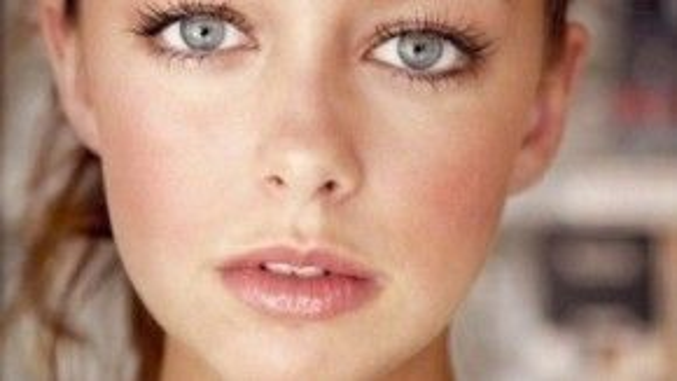 Một tiểu thư với tâm hồn treo ngược cành cây, thơ mộng và vô cùng nhút nhát chính là đặc điểm của cô gái thuộc chòm sao Song Ngư. Hãy trang điểm cho nàng cá này một ít tông nâu hạt dẻ ở mí mắt và một đôi môi màu đào mọng nước nhé, đừng quên chải kỹ mascara vì đôi mắt chính là điểm đẹp nhất trên khuôn mặt cô ấy mà.