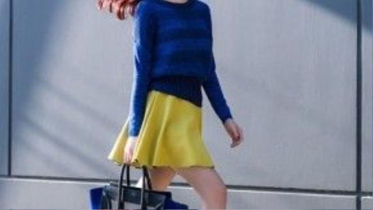 Khánh My là một trong những fan bự của dòng túi này. Cô nàng trẻ trung, bắt mắt trong trang phục màu sắc rực rỡ.