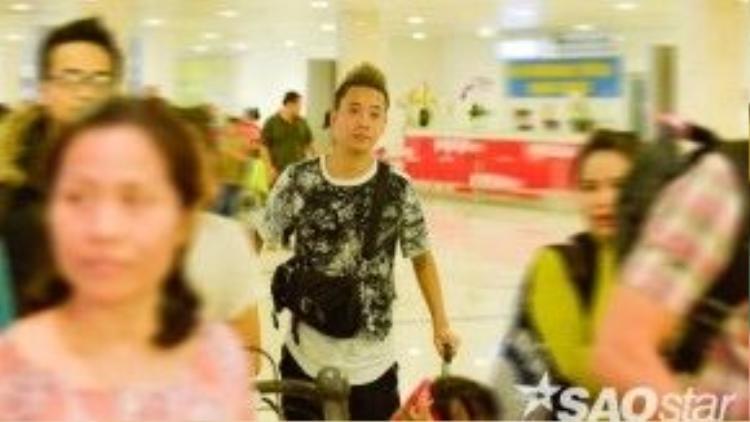 Justa Tee xuất hiện lẻ loi tại sân bay khi người đồng đội BigDaddy đã vào trước đó.