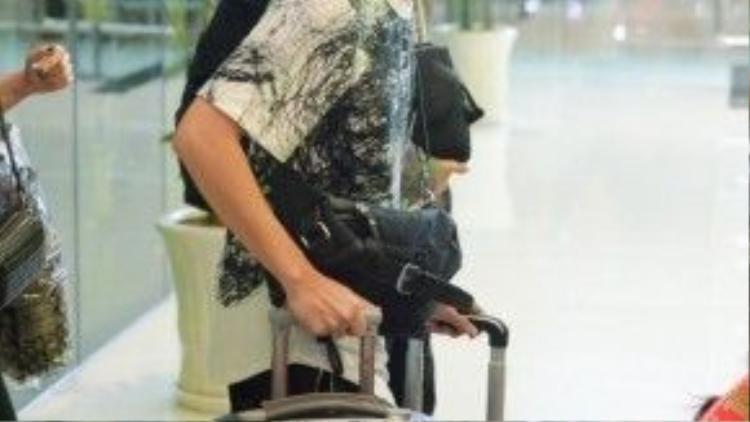 Anh mang rất nhiều hành lý cho chuyến đi TP.HCM lần này.