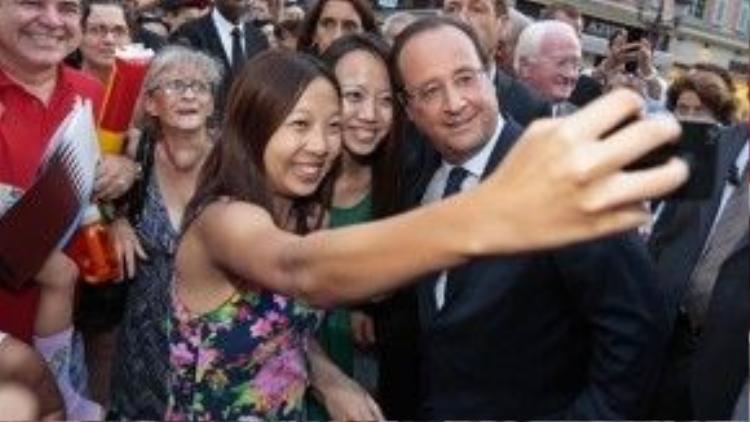 Tổng thống Pháp François Hollande ghi lại kỷ niệm với các vị khách du lịch người Trung Quốc tới tham dự Đại hội Văn hóa - Nghệ thuật - Thể thao Pháp ngữ lần thứ 7 tại thành phố Nice, Pháp.