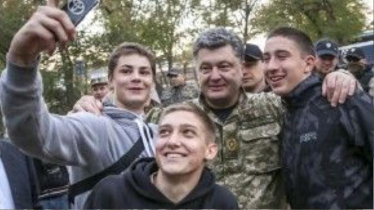 """Tổng thống Ukraine Petro Poroshenko chụp hình """"tự sướng"""" cùng dân chúng khi thị sát quân đội tại Donetsk ngày 10/10/2014."""