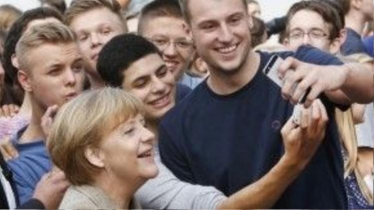 """Người đàn bà thép Angela Merkel chụp hình """"tự sướng"""" cùng học sinh, sinh viên vào ngày 30/09."""