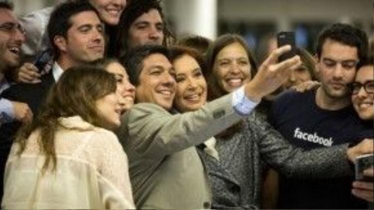 Ngày 6/5/2014, Tổng thống Argentina Cristina Fernández tham quan văn phòng Facebook tại Buenos Aires và vui vẻ chụp ảnh cùng nhân viên.