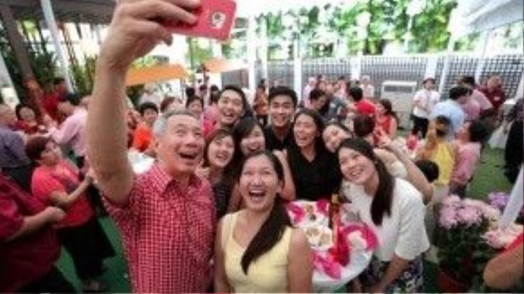 Ông Lý Hiển Long rất thích chụp hình bằng smart phone.