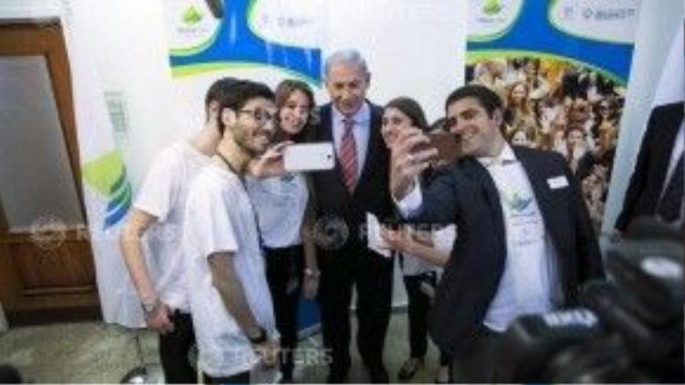 Thủ tướng Israel chụp ảnh cùng khách bên lề một cuộc họp nội các tại văn phòng của ông.
