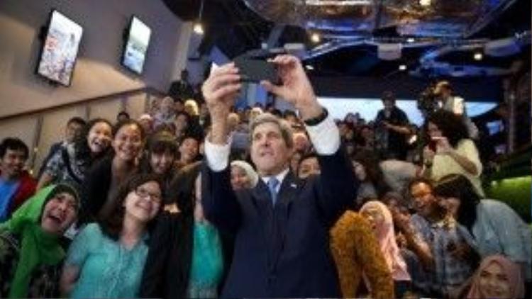 """Ngoại trưởng Mỹ John Kerry chụp ảnh """"tự sướng"""" với các sinh viên Indonesia tháng 2/2014."""
