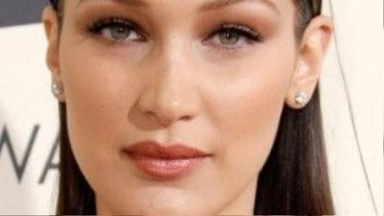 Bella Hadid nhẹ nhàng với son màu cam đất hợp rơ với màu hồng phớt của bầu mắt.