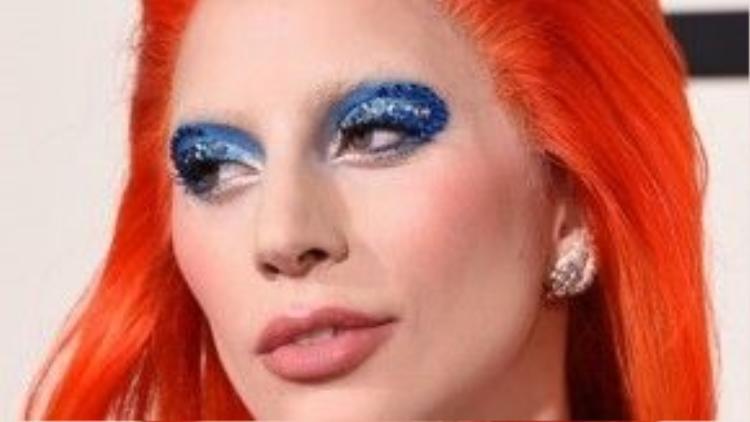 Lady Gaga gây chú ý trên thảm đỏ Grammy, để phù hợp với mái tóc nổi bật, cô chọn lối trang điểm tông má hồng đậm và màu mắt cực cá tính.