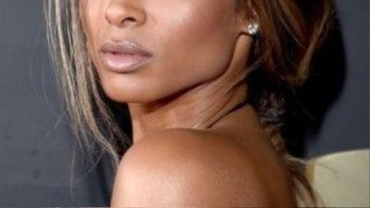 Ciara chọn cách trang điểm tự nhiên với màu son nude.