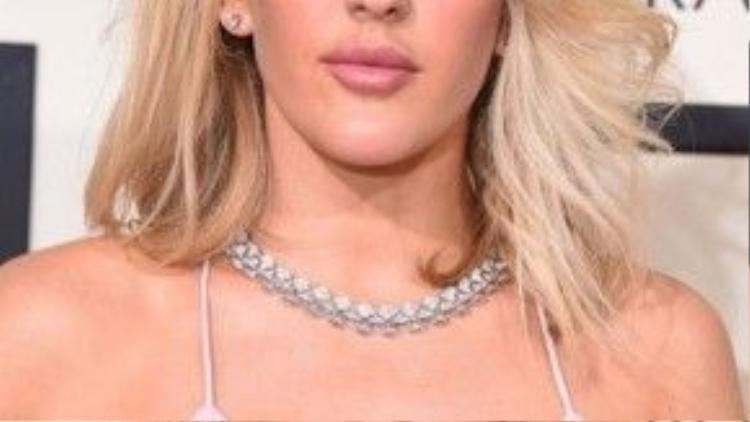 Ellie Goulding cố tình chọn môi hồng phấn để phù hợp với chiếc váy hai dây thanh mảnh, trông cô vô cùng quyến rũ.