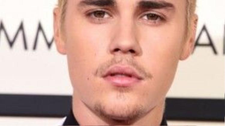 Justin Bieber phong trần hơn với mái tóc nhuộm vàng và lớp nền hoàn hảo.