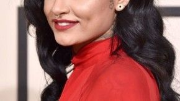 Kehlani dùng son lì đỏ đậm tươi tắn cùng hàng mi chuốt mascara kĩ càng trong chiếc váy cùng tông màu.
