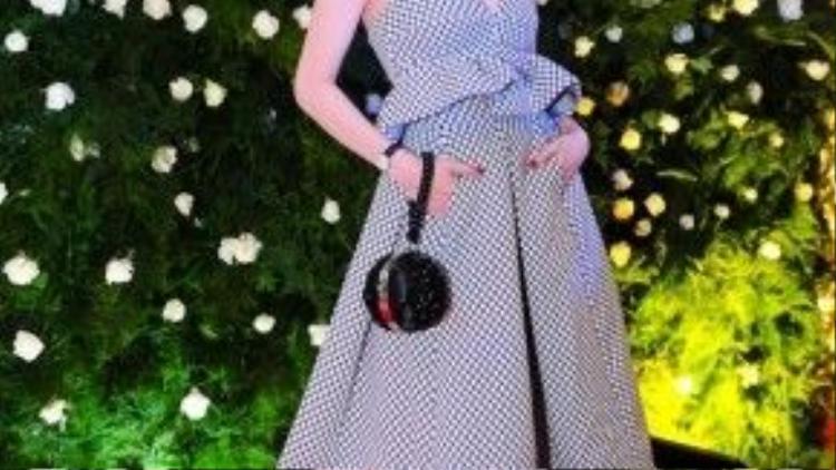 Ngọc Trinh luôn là tâm điểm chú ý của đám đông bởi gu thời trang tinh tế và đẳng cấp với sự trợ giúp từ stylist Đỗ Long.