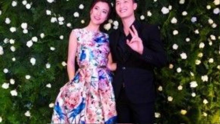 Hoàng Oanh và Huỳnh Anh sánh đôi cùng nhau tới sự kiện, trong khi Hoàng Oanh diện váy xòe xếp li dáng dài họa tiết hoa hồng trang nhã thì Huỳnh Anh diện vest đen lịch lãm, sang trọng.
