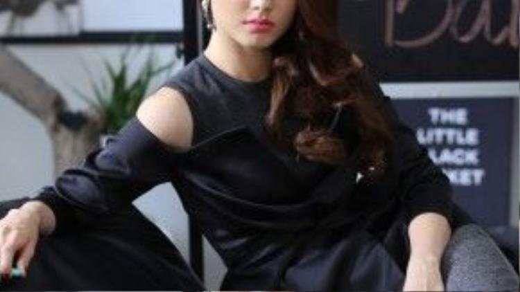 Diễm My 9x thể hiện đúng chất của một fashionista khi ngồi vào vị trí giám đốc sáng tạo với quần tây của Lâm Gia Khang, trang sức Vivek Kevin.