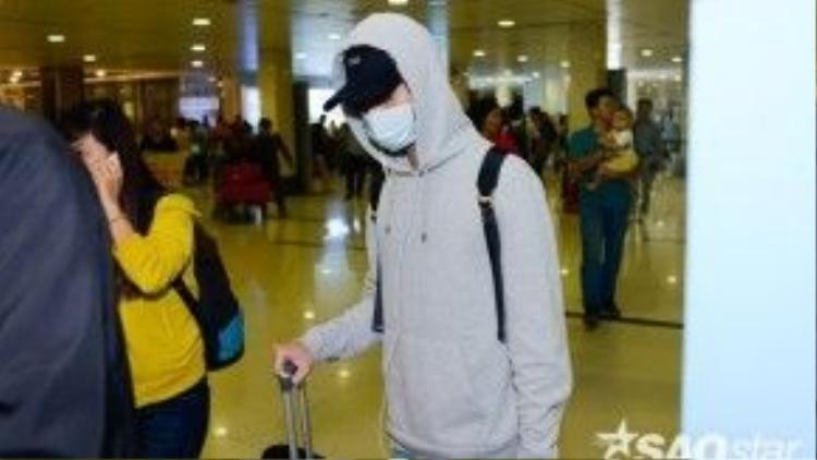 Soobin Hoàng Sơntỏ ra khá mệt khi vừa di chuyển máy bay vào TP. Hồ Chí Minh.