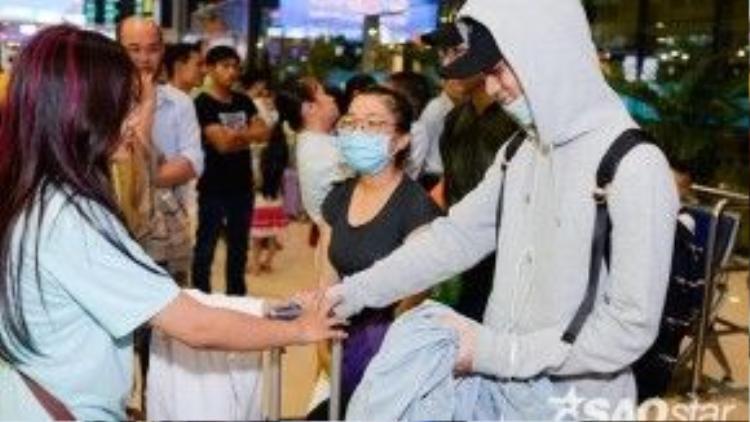 Các fan chu đáo còn xách vali giúp Soobin Hoàng Sơn.