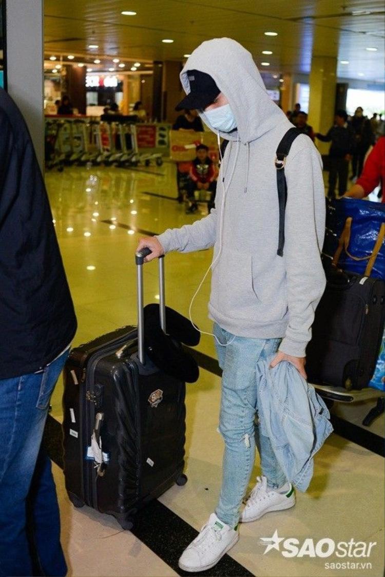 Soobin Hoàng Sơn được fan chăm sóc chu đáo tại sân bay