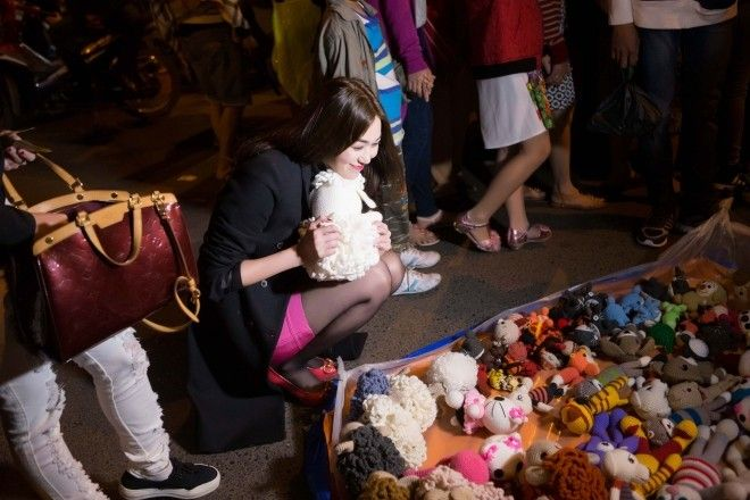 Khánh My thích thú khám phá chợ đêm Đà Lạt sau Bước nhảy Hoàn vũ