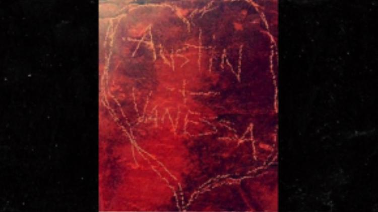 """Việc ghi dấu tình yêu kiểu """"phá hoại thiên nhiên"""" thế này có thể sẽ khiến họ vào tù."""