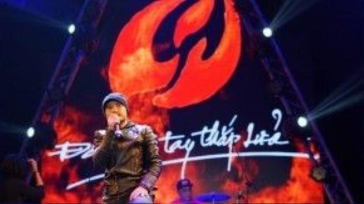"""So với cách đây một tháng, lúc đứng trên sân khấu trong Liveshow Bức Tường """"Đôi bàn tay thắp lửa"""", Trần Lập hiện tại có phần gầy hơn nhiều."""