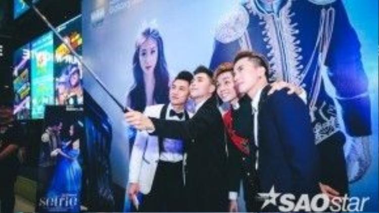 Cả nhóm cùng tạo dáng và selfie.