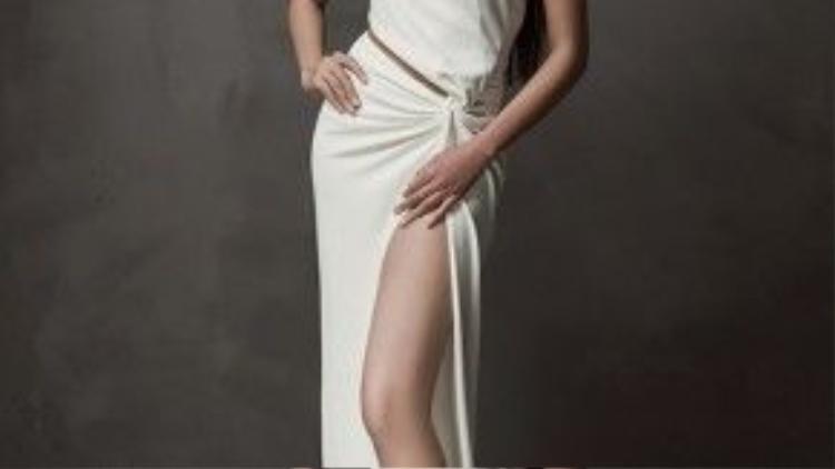 """Cô bé cũng """"vượt mặt""""siêu mẫu Thanh Hằng, người từng giữ kỷ lục chân dài củalàng mẫu Việt với chiều dài 1,12m."""