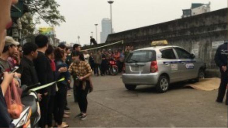 Chiếc xe sau khi tông chết nạn nhân đã đâm vào tường.