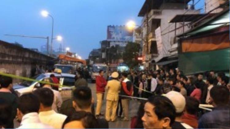 Đến chiều tối cùng ngày rất đông người dân đứng theo dõi hiện trường.