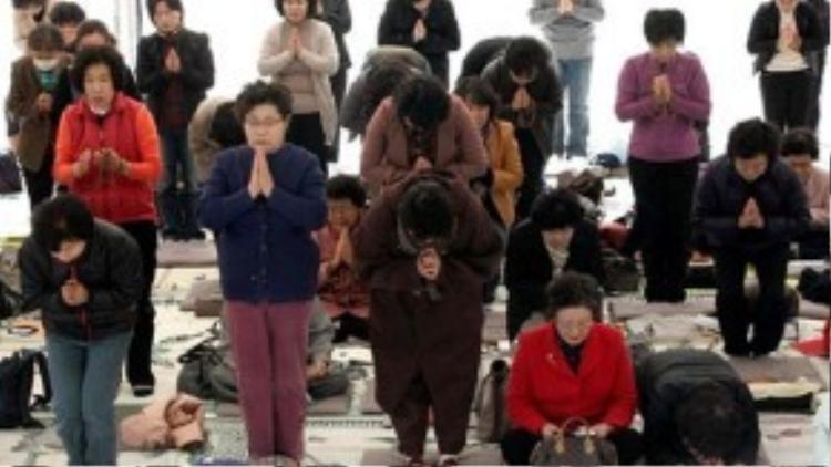 Cha mẹ Hàn cầu nguyện trong chùa trong kỳ thi đại học. Ảnh: Thúy Quỳnh