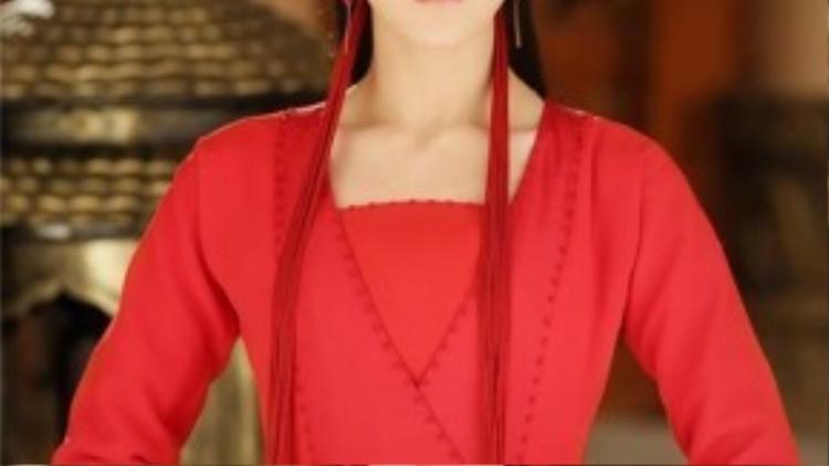 Phượng Cửu xinh đẹp trong bộ y phục đỏ