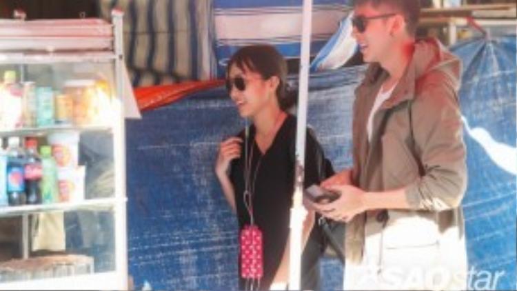 Nam người mẫu bắt gặp Diệu Nhi và Khả Ngân đang mua đồ uống bên đường.