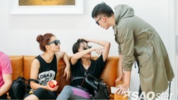 Minh Trung lo lắng hỏi thăm tình trạng sức khỏe của nữ diễn viên.