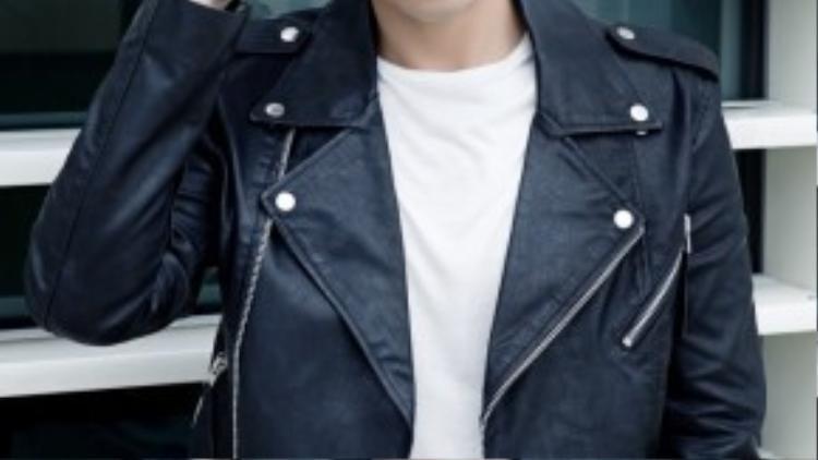 Chàng trai trông cực ngầu với moto jacket da.