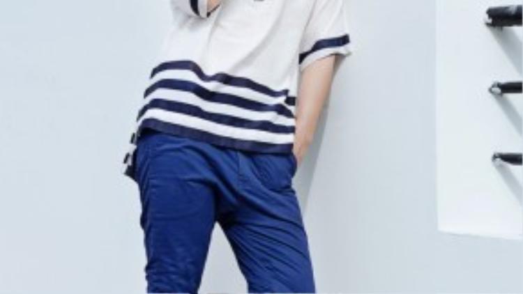 Ton sur ton khi diện áo kẻ sọc xanh đậm và skinny xanh cùng tông.