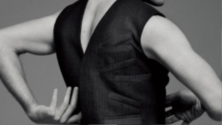 Một thiết kế áo gile cực kỳ phá cách với nhiều pocket cùng bên thân áo.